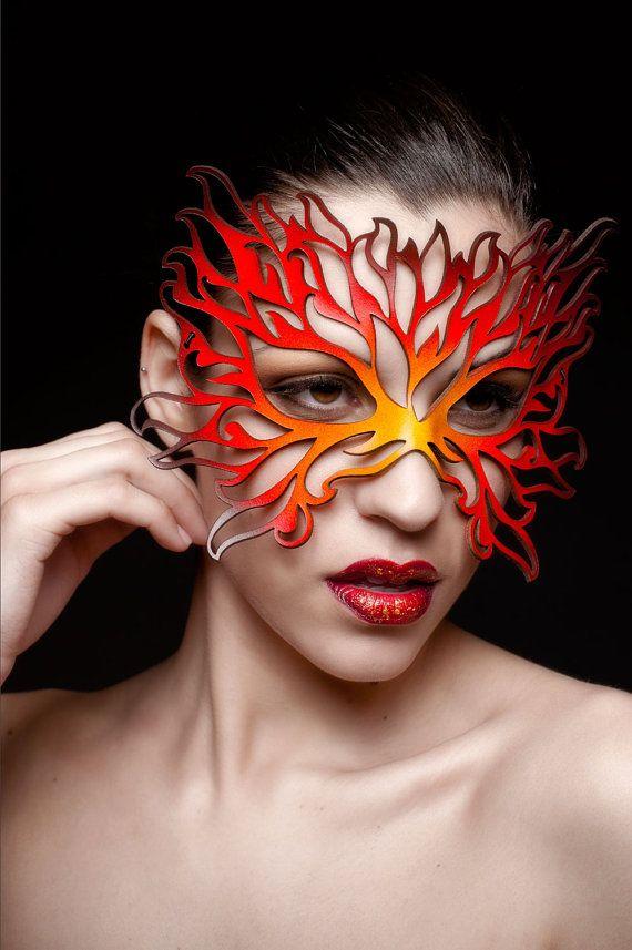 Máscara de cuero amarillo, naranja, rojo, negro de la llama