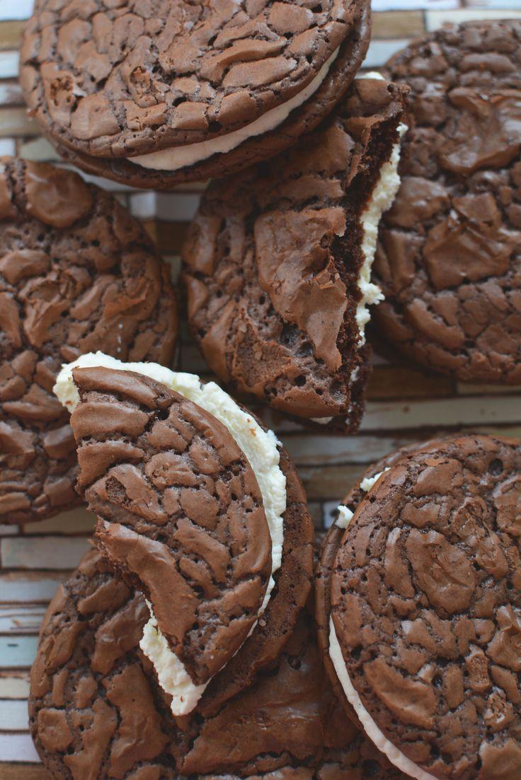 Ha egy keksz teteje töredezett, az jót jelent. Ha egy csokitorta teteje töredezett, az is jót jelent. Ha egy habcsók berepedezett, azt is szeretjük. Nekünk a tökéletlen a tökéletes. Óriás tiramisu keksz (8 db) 200 g étcsokoládé 30 g vaj 30 g liszt 1/4 tk sütőpor 1/4 tk…