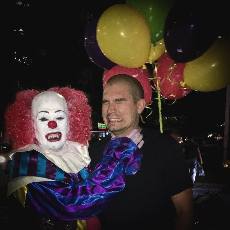 Just made a new friend ñames Pennywise. . . . #pennywise #killerclown #clown #eso #it #esoelpayaso #payasoasesino #payaso #fangs #guadalajarafotos #guadalajara #funk #funky