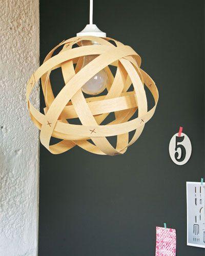 Eine Pendelleuchte aus Holz