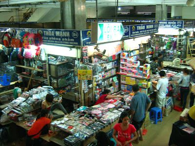 Interior del mercado Dong Xuan de Hanoi http://www.vietnamitasenmadrid.com/hanoi/mercado-dong-xuan.html