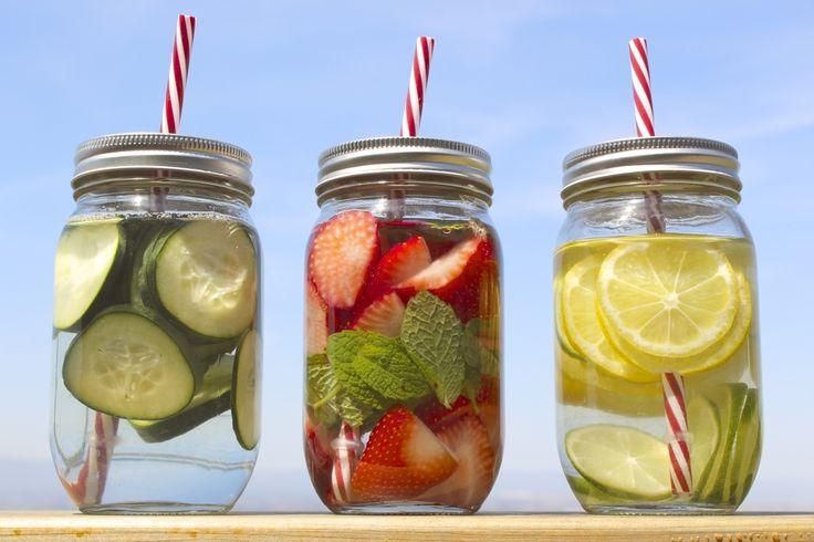 """Jedním z trendů, které můžete pozorovat na sociálních sítích zaměřující se na obrázky jako Instagram a především Pinterest je tzv. detox water (česky """"detoxikační voda""""). Jedná se o vodu, do které jsou přidány kousky ovoce, zeleniny a případně bylin. Pojďme se na """"detox water"""" podívat detailně, proč tuto vodu pít, konkrétní recepty a také to, z čeho jí pít, protože to bývá předmětem mnoha diskuzí a není to tak jednoduché, jak by se mohlo zdát. Proč si udělat Detox Water Ať už chcete…"""