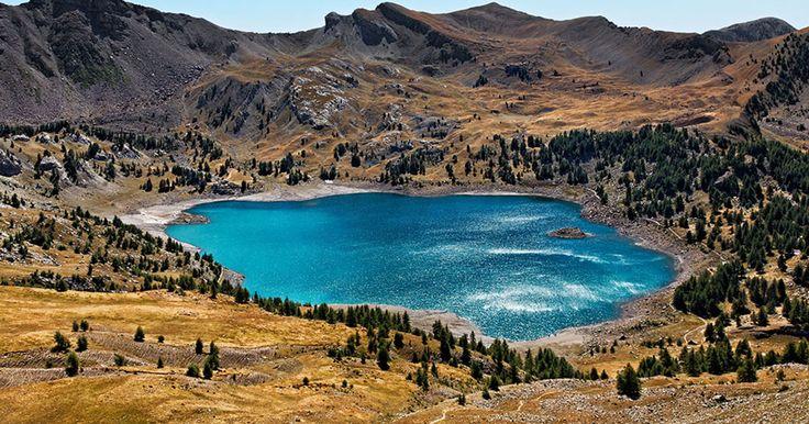Admirez la paisible beauté du lac français d'Allos, cette étendue d'eau naturelle nichée dans le parc du Mercantour | SooCurious