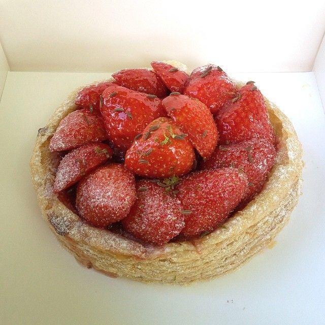 Goûter d'aujourd'hui. La tarte aux fraises de La pâtisserie des rêves de Philippe Conticini. Pâte feuilletée croustillante, crème d'amande, crème vanille, compotée de rhubarbe, fraises goûteuses, graines de carvis et léger zeste de citrons verts. Une bombe ❤️ #lpdr #lpdrparis #lapatisseriedesreves #patisseriedesreves #conticini #paris