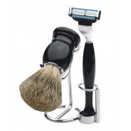 Surprinde-ti sotul cu un set barbierit clasic, Odin care ii va garanta un aspect ingrijit si elegant in fiecare zi. Dotat cu pamatuf, aparat de ras si suport, setul Odin este un cadou stilat, ergonomic si elegant pentru orice barbat.