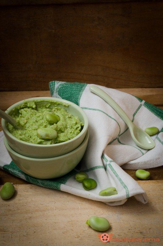 Pesto di fave e pecorino è un condimento delicato e fresco. Ottimo per condire la pasta oppure spalmato su crostini di pane.