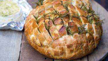 Provençaals aperitiefbrood met camembert, tijm en rozemarijn