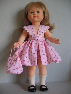 Comme sa soeur Emilie, Marie-Françoise a revêtu cette tenue de plage composée d'un bloomer, d'une robe bain de soleil garnie de croquet rose et blanc, d'un sac assorti.