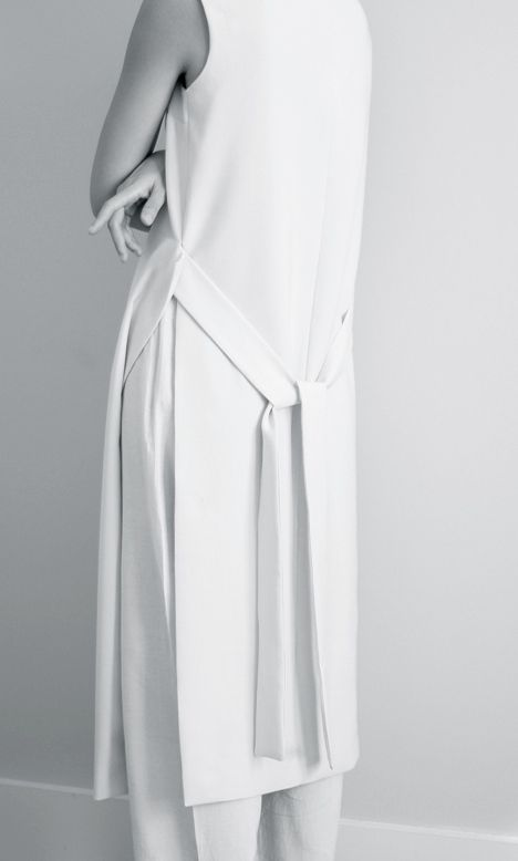 Chic Minimalist Tailoring - apron dress & trousers, understated style // Maria Van Nguyen - instagram.com/id_entry