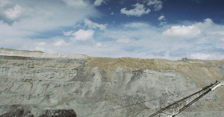 Ventajas y desventajas de la minería a cielo abierto. La minería a cielo abierto es un tipo de extracción de minerales o roca que no necesita un túnel en la tierra. Cuando un mineral o roca deseada está cerca de la superficie, las empresas suelen optar por la minería a cielo abierto, debido a sus menores costos y mayor eficiencia. Los pozos abiertos normalmente se cavan en niveles y con paredes en ...