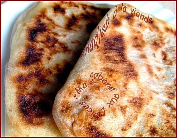 Voici donc les Mahjouba ou plus couramment appelées Mhajeb, ces crêpes arabes (msemen) farcies ici à la viande hachée et tomates façon bolognaise. J'aime varier la farce d'ailleurs vous pouvez trouver la Mahjouba au thon.