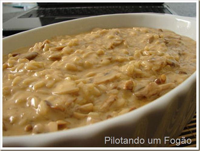 Risoto de Funghi bem Cremoso - Ingredientes: – 20 g de funghi secchi; (eu usei shimeji)– 2 colheres de sopa de manteiga;– 1 fio de azeite; (para não queimar a manteiga)– 1 cebola pequena picadinha;– 1 e 1/4 xícara de arroz arbóreo;– 3 xícaras de caldo de legumes (ou 1 tablete de caldo de legumes dissolvido em 3 xícaras de água quente);– 150g de cogumelo paris fatiados;– 3 colheres de sopa de molho shoyu;– 300g de creme de leite fresco; (eu usei nata)– sal se necessário