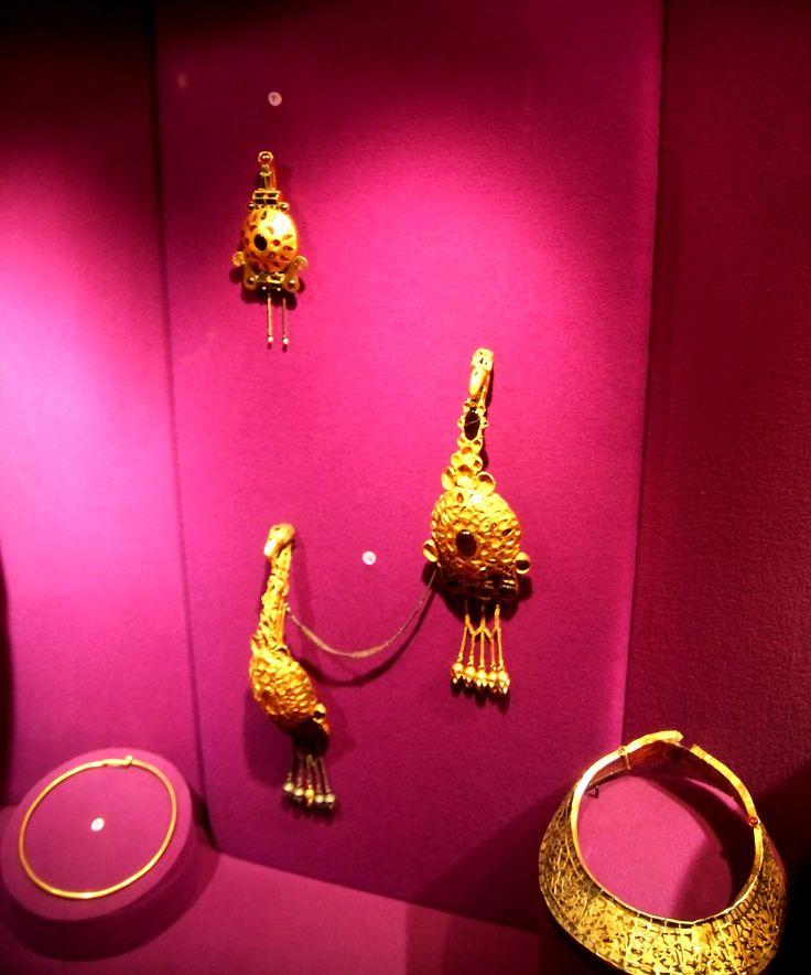 Tre fibulae e due collane da Pietroasele. Three fibulae, one collier and one necklace from Pietroasele hoard.