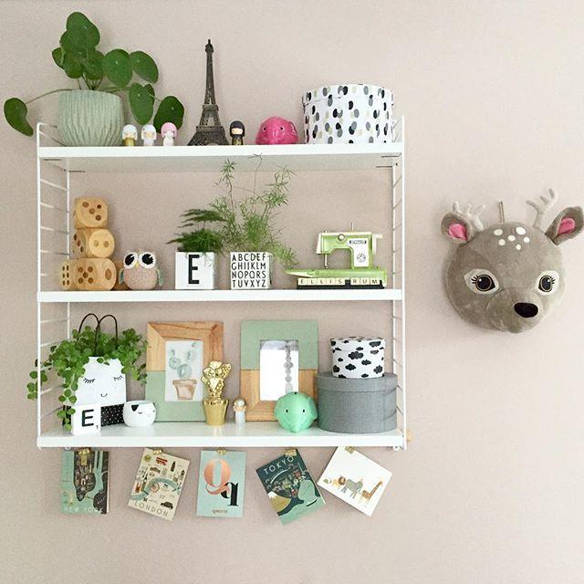 Skulle så gärna vilja bygga på stringhyllan med en liten kort gavel på ena sidan. Så svåra att få tag på. Ingen som har och vill sälja till lilla mig? :) #stringhylla #stringshelfie #shelfie #barnerom #barnrumsinspo #barnrumsinspiration #finaknatteting #kidsroom #kidsroomdecor #kidsroominspo #hylla #designletters #lagerhaus #retro #loppisfynd #hmhome #interior #interiör #interiør #inredning #inredningsdetaj #inredningsdetaljer #finabarnsaker #myhomebarnrum #stringshelfie