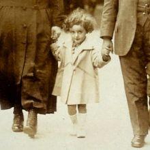 Ilona Ptasznik (1918-2007) – het meisje met de krullen - is het beeldmerk van het museum geworden.