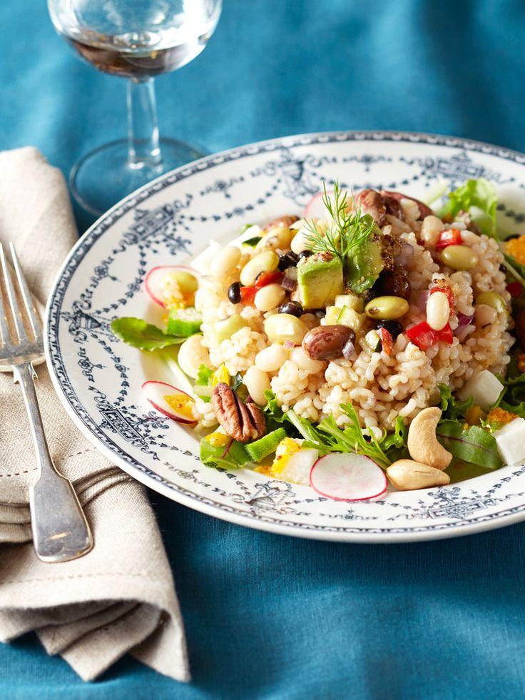 玄米をビネガー風味のさっぱりサラダに活用。おくらや山芋などのねばねば野菜に、ナッツや豆のプチプチした食感がやみつき。|『ELLE a table』はおしゃれで簡単なレシピが満載!