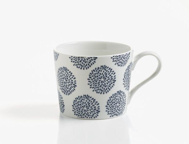 Het Indigo koffiebeker bloemen 230 ml is een echt ontbijt servies en is een nieuw onderdeel van het merk Maxwell & Williams. De productlijn bestaat uit vele verschillende borden, kommen, mokken, koffiebekers en koffieschotels. Er zijn twee verschillende motieven beschikbaar bij de productlijn Indigo, namelijk één met pijlen en één met bloemen. Leuk als cadeau voor een Theeliefhebber