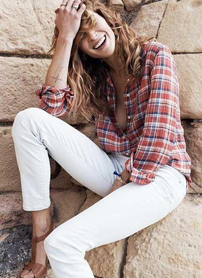 チェックシャツ×白パンツの着こなし(レディース)海外スナップ | MILANDA