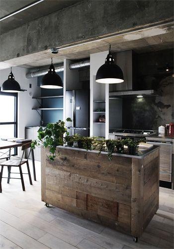 <p>古材貼りのキッチンカウンターはキャスター付き。キッチンの使い方によってレイアウトを変えられて便利そう。市販のキャスターワゴンに古材を貼るという手もありますね。</p>