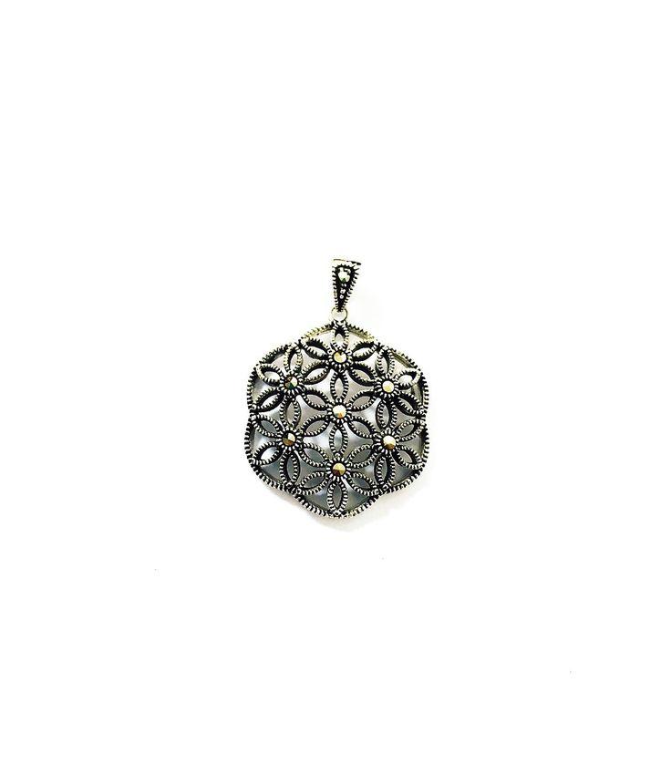 Pandantiv Floarea Vietii hexagon cu marcasite special creata prin imbinarea armoniosa a simbolurilor cu forta magica si incarcatura energetica deosebita.