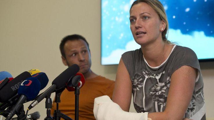 Petra Kvitova gibt wenige Tage nach dem Angriff eine Pressekonferenz, ihre linke Schlaghand ist dick bandagiert