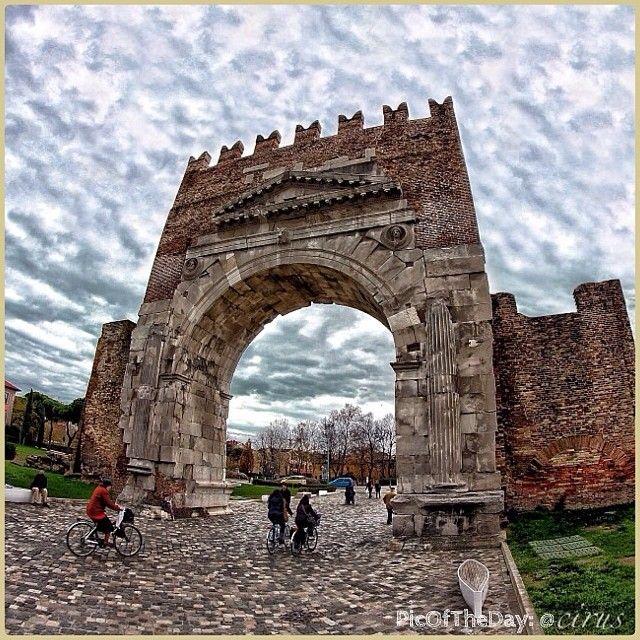 La #PicOfTheDay #turismoer di oggi ci porta a fare un giro in #bici tra i monumenti della #Rimini Romana, l'antica #Ariminum. Partenza dall'#Arco d'Augusto, il più antico arco trionfale rimasto e punto di arrivo della Via Flaminia, che collegava la città alla capitale dell'impero. Complimenti e grazie a cirus