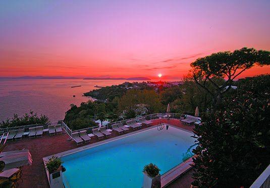 Una vacanza benessere in un hotel spa a quattro stelle sull'isola di Ischia con colazione, sconto sui trattamenti benessere e drink di benvenuto.