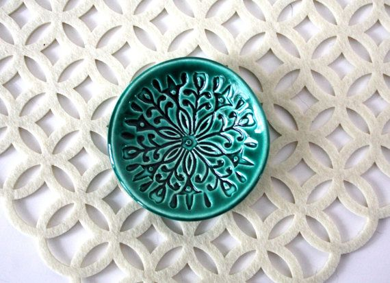Trinket schotel, sieraden houder.  Handgemaakte ring schotel met gestempelde patroon en smaragd groen glazuur.  Scandi, patroon, helder, feestelijke!