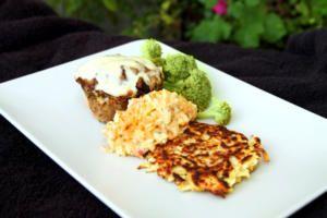 Köttfärsmuffins med palsternacksrösti och äppeltzatziki
