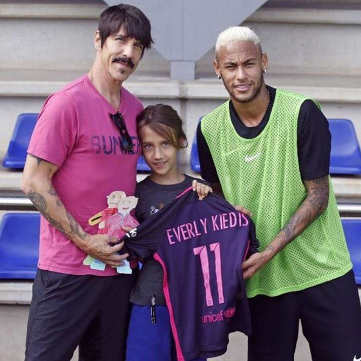 Red Hot Chili Peppers' Anthony Kiedis drops in on Barcelona training