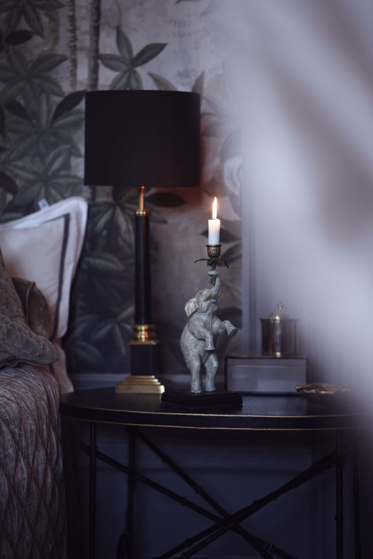 Who would not enjoy a happy elephant on your nightstand? More inspiration on @tretowdeco