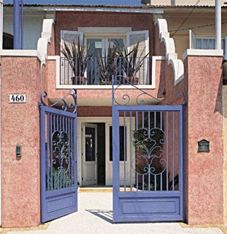 Nesta casa, o carro toma chuva – era mais importante clarear a sala. Uma pequena laje, que conta com viga de reforço, serve como terraço do quarto. A grade de ferro exibe tinta esmalte que contrasta com a textura envelhecida aplicada nas paredes. Tantos detalhes fazem a fachada parecer maior que os seus 3,50 m de largura. Projeto de reforma de Lúcia Marina Massari, com o empreiteiro Florêncio de Araújo.