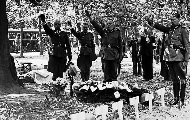 Grebbeberg: Hauptman van der Decken (l) has placed wreaths on the graves of the fallen soldiers of the Dutch Grebbeberg at Rhenen .. along with other German officer