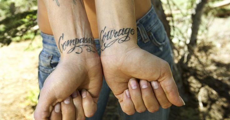 As melhores fontes cursivas para tatuagem. Tatuagens escritas são palavras ou frases que falam de um aspecto pessoal de sua vida ou homenageiam um ente querido ou membro da família. Por sua popularidade, elas são feitas em uma variedade de fontes e estilos, alguns belos por seu design extravagante e outros por sua simplicidade, mas cada um com propriedades únicas. As fontes cursivas ...
