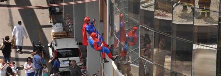 ROMA Vigili del fuoco travestiti da supereroi Spiderman e Superman no per girare uno spot pubblicitario o la scena di un film,ma