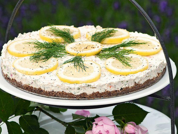 Underbart god cheesecake med räkor och kräftor på rågbotten. Garnera med citronskivor och dill. Lika god till midsommar som till sommarbuffén!