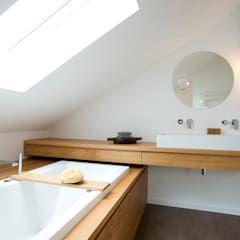Great Bad im Dachstudio moderne Badezimmer von eva lorey innenarchitektur