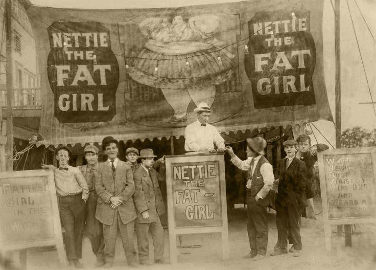 """Zayıf olmayanlar için """"büyük beden"""" kelimesine kullanıma sokan aslında moda endüstrisi. Bugünkü kadın vücuduna dair yaratılan zorlayıcı standartların arkasında da aynı çevre var. 1960'lardan kalma patrondaki """"şişkolar için"""" ifadesi ya da 20'inci yüzyılın başlarına ait """"Şişman Kız Nettie""""nin bir sirk metasıymışçasına sunulan vücudu bu bakışın en vahşi örnekleri."""