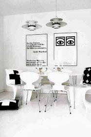 Skandynawski styl jadalni, motyw krzyzyka, poducha z krzyzykiem, białe krzesła, białe wnętrze