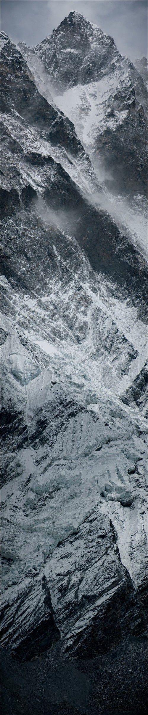 Il secondo giorno di cammino comparvero, in fondo alla valle, le vette dell'Himalaya. Allora vidi cos'erano state le montagne all'alba del mondo. Montagne acuminate, taglienti, come appena scolpite dalla creazione, ancora non levigate dal tempo. Le loro nevi illuminavano la valle da sei o settemila metri d'altezza.