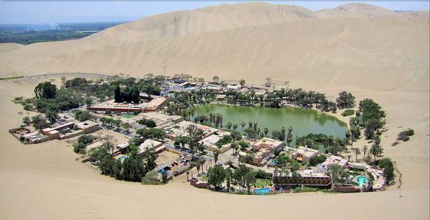 laguna de Huacachina, un oasis ubicado a cinco kilómetros al oeste de la ciudad peruana de Ica