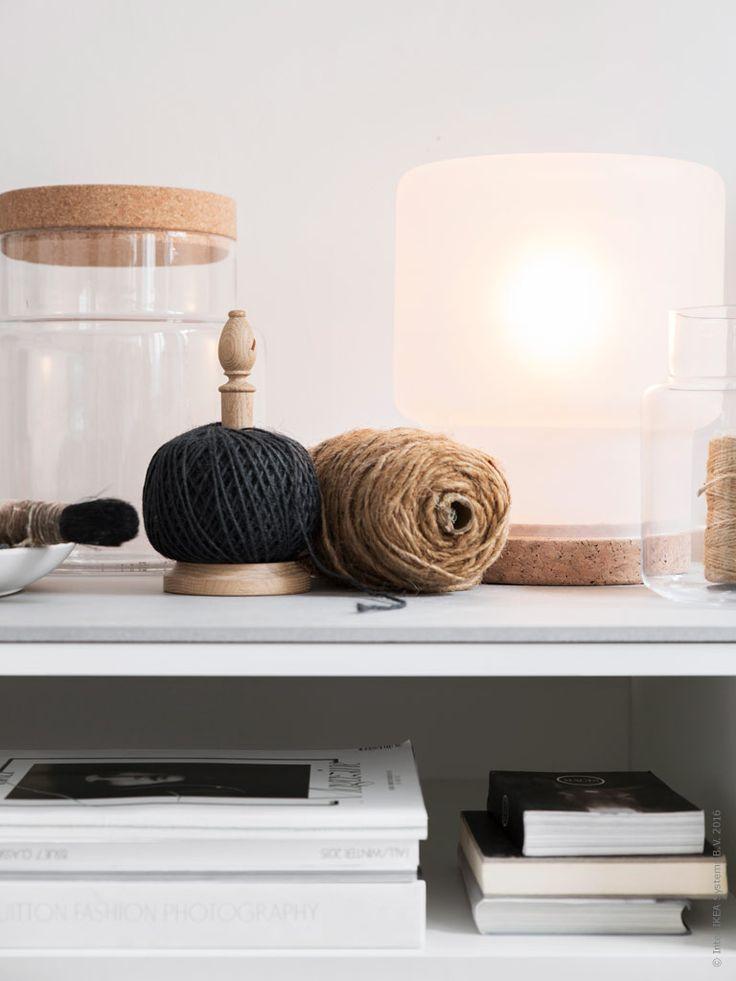 DIY – Bygg TV-bänk av köksskåp. Klicka på bilden för att läsa mer! Vi har valt att lämna ett av skåpen utan lucka för att ge förvaringslösningen ett mer livfullt uttryck. Hyllplan KOMPLEMENT. Glasburkarna i den nya SINNERLIG kollektionen, blir även fina som vaser. SINNERLIG bordslampa.