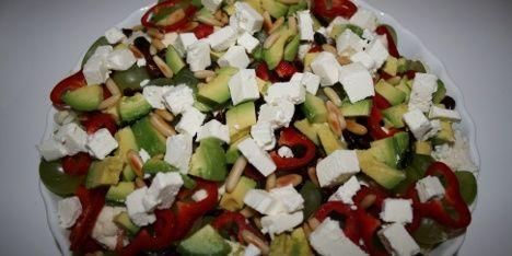 Gå all in og sats på salaten, som har det hele: Et væld af sunde grøntsager, friske bær og mættende hvedekerner. Din sundhed og dine smagløg kan kun vinde på det.