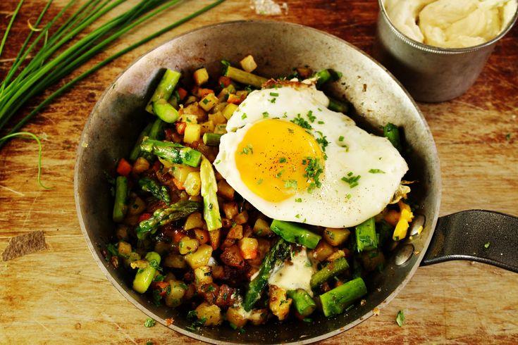 Pyttipanna går att göra riktigt lyxig. Ett sätt att nå dit är med färsk sparris och senapsgrädde. Och just den här är vegetarisk (lakto-ovo).