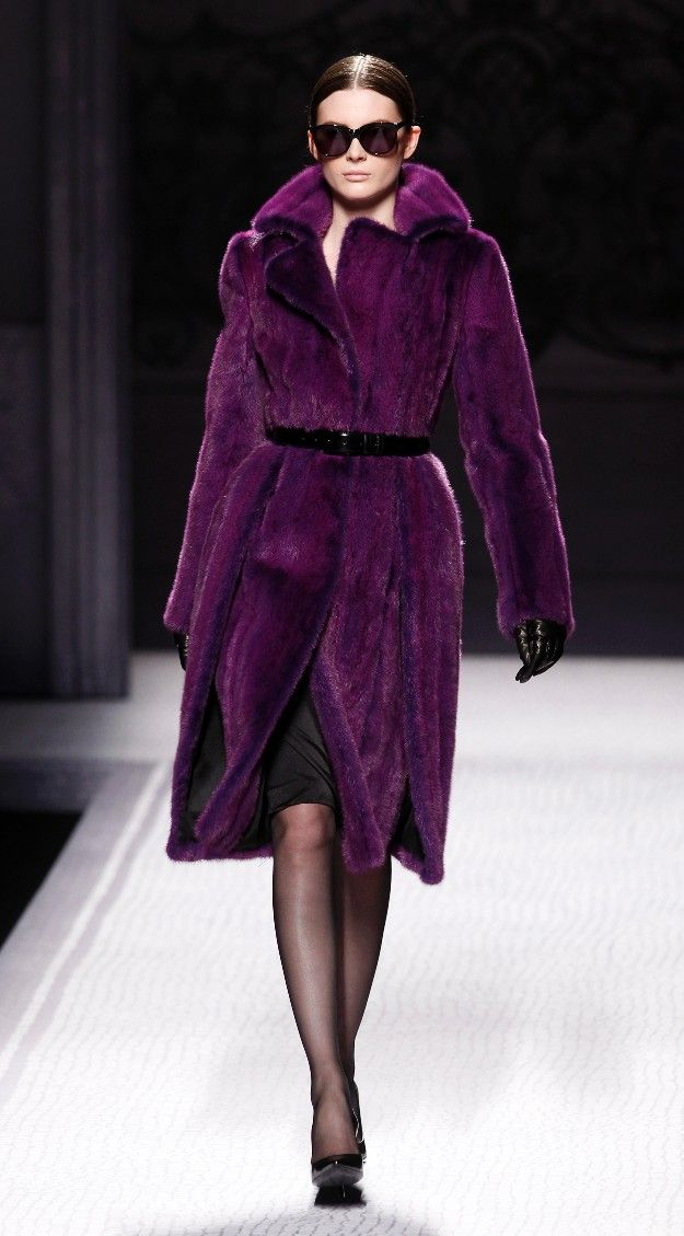 Alberta Ferreti sofisticación y elegancia en berenjena y negro