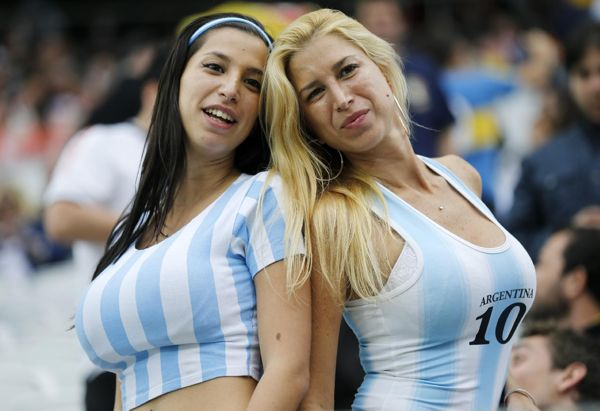 Argentina supporters pose for a photograph prior to the World Cup semifinal soccer match between the Netherlands and Argentina at the Itaquerao Stadium in Sao Paulo, Brazil, Wednesday, July 9, 2014 | Brasil 2014: Las chicas más bellas del Mundial de Fútbol - Yahoo Deportes
