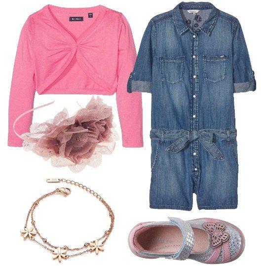 Un jeans per un'occasione elegante: tuta jumpsuit, con cintura in vita, bolero di cotone, con piccolo bottone a forma di cuore, Mary Jane in pelle, blu e rosa, cerchietto con fascia di chiffon a strati e braccialetto placcato in oro.