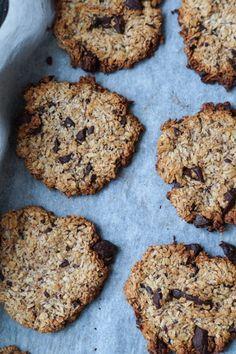 Små sunde cookies lavet med havregryn, banan og mørk chokolade. Er lavet uden æg og er derfor vegansk. Fint mellemmåltid og nemme at lave.