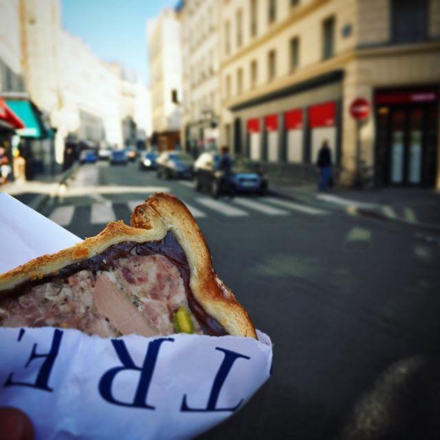 新しく出来たパテのお店へ。 普通はパンと一緒に食べるものだけど、食べ歩き。美味しかった。  #ごはん #おやつ #食べ歩き #散歩 #パテ #肉 #パリ #美味しい #日常 #food #walk #eat #meat #snack #delicious #paris #france #promenade #gouter #paté #bon #quotidien #instadaily #instagood #instalike #follow #fllowme