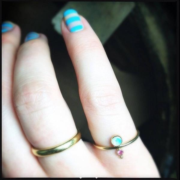 Bague or jaune 18kt, opale et saphir rose. Bague de phalange ou de petit doigt. Fabriquée à la main par Nathalie.